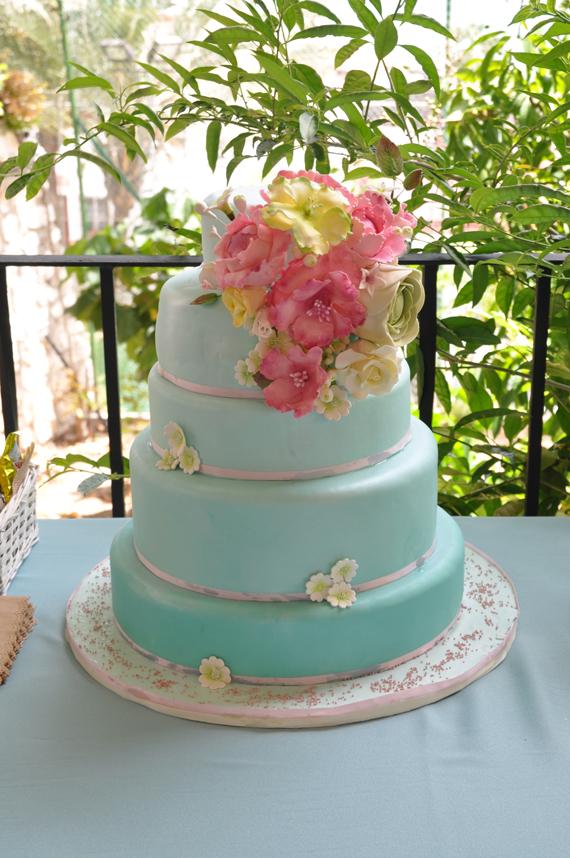 tarta de boda con ramo de flores