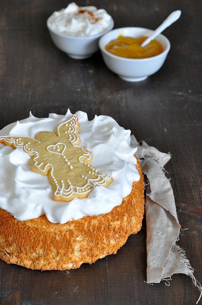 pastel angel cake con merengue y mermelada de limón. Galleta con forma de ángel a modo decorativo.