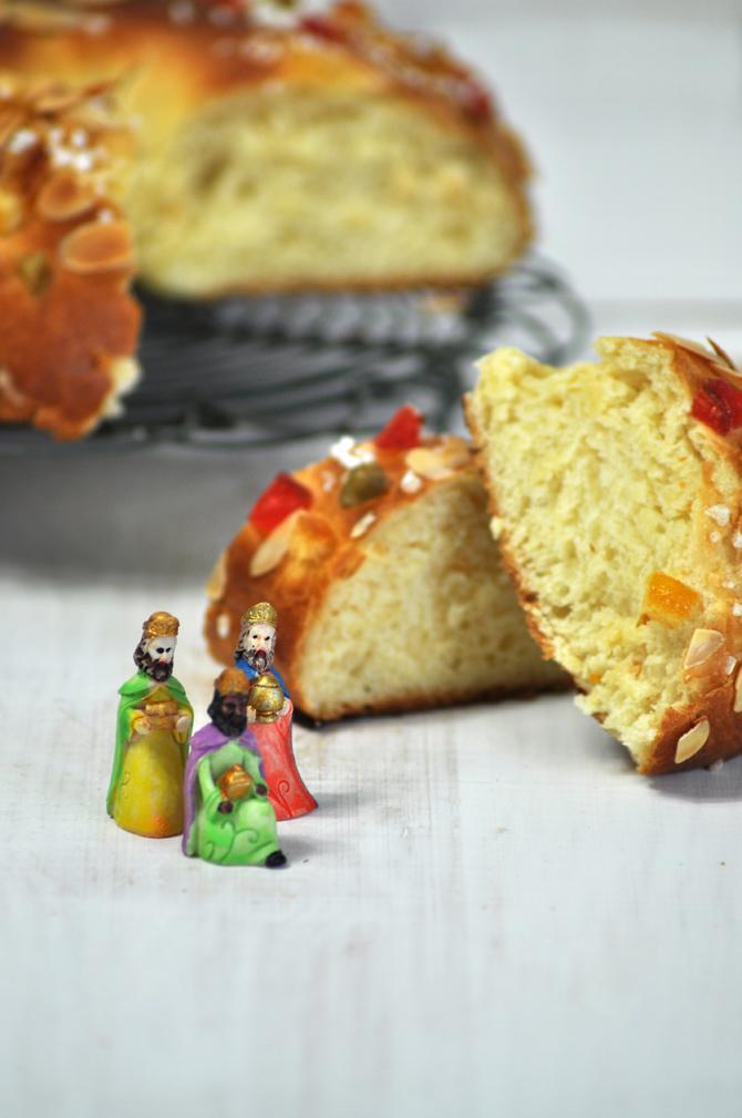 Receta de Roscón de Reyes. Roscón abierto y esponjoso y los tres reyes magos presenciando la receta.