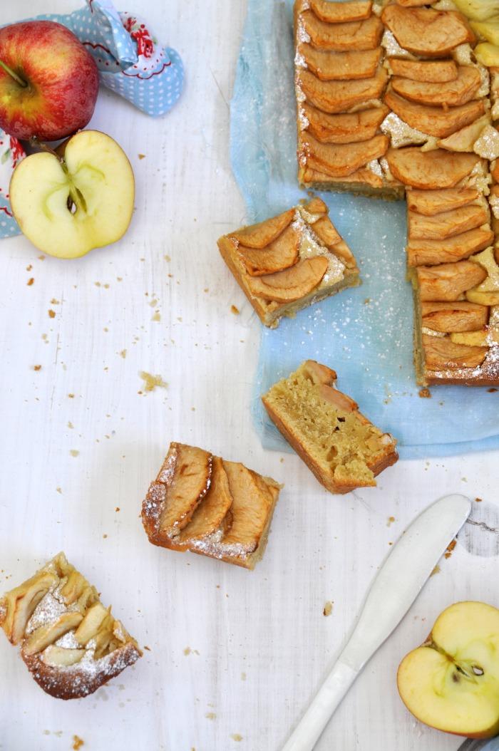 foto cenital de una tarta de manzana con golden syrup cortada en porciones