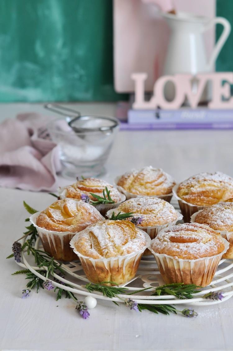 muffins de albaricoque espolvoreando