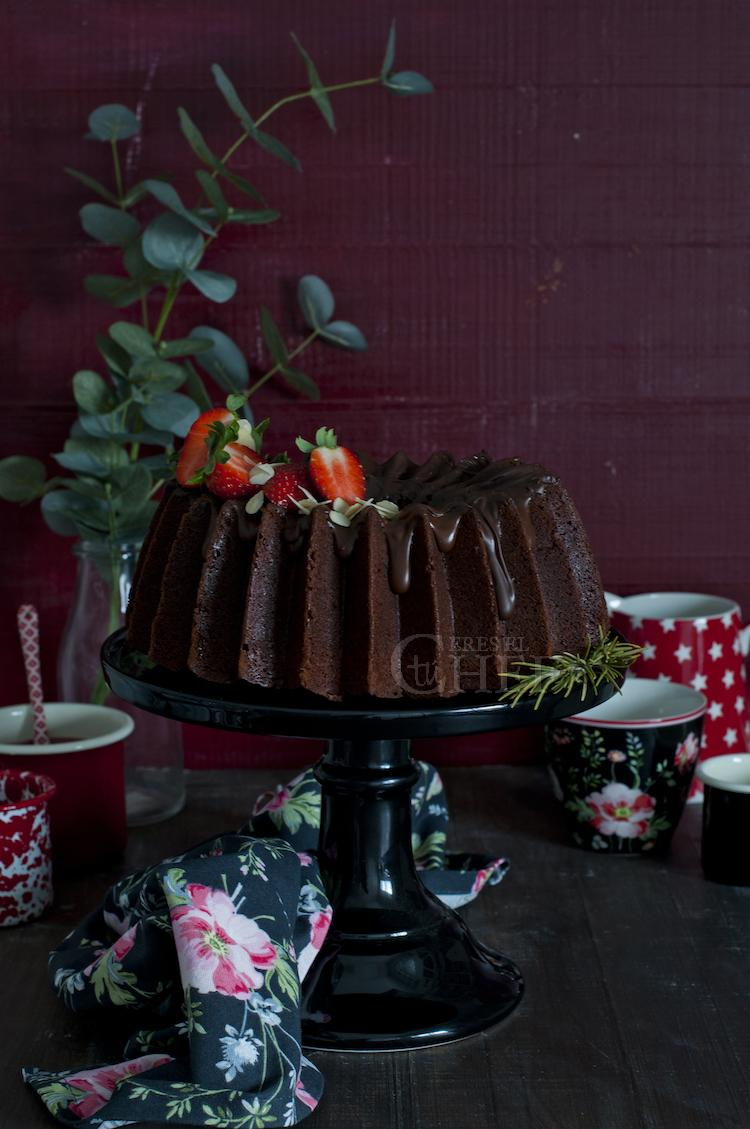 bundt cake triple chocolate con fresas